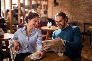 V roce 2017 dojde ke snížení DPH u stravovacích služeb a zřejmě nastane i u novin a časopisů. Ke kávě si však cigaretu v restauraci už nedáte. Foto: iStock