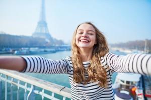 Klient natáčel sebe a svou přítelkyni v Paříži, zakopl, upadl na selfie tyč a naštípl si žebro. Ilustrační foto: iStock